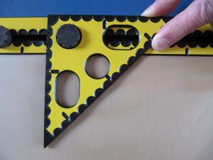 Met de korte zijde langs de rand van het bord vormt de driehoek hoeken van 45 en 90 graden