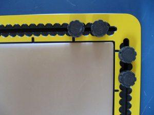 Een hoek van het raamwerk met de knoppen en maataanduiding
